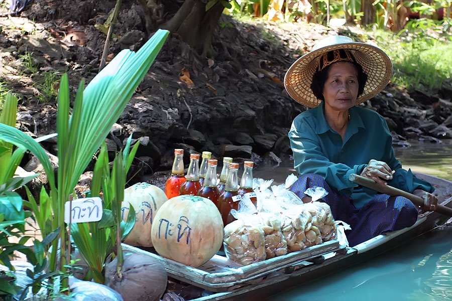 This famous Thai floating market is just a big tourist trap, unfortunately