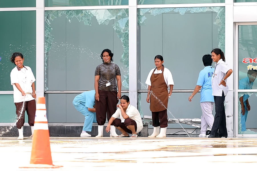 Clearing up damage after the Carrefour blast, Hat Yai