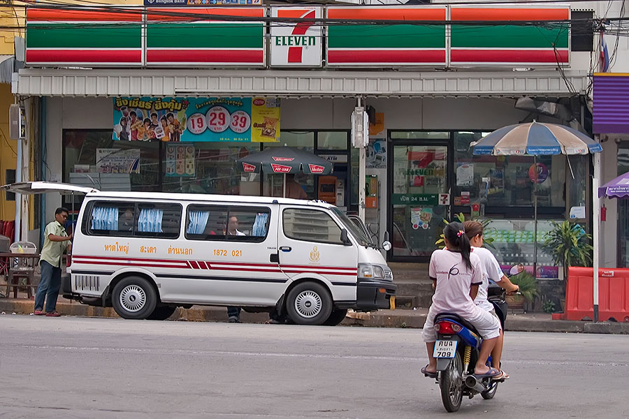 Minivans in Dannok leaving for Hat Yai