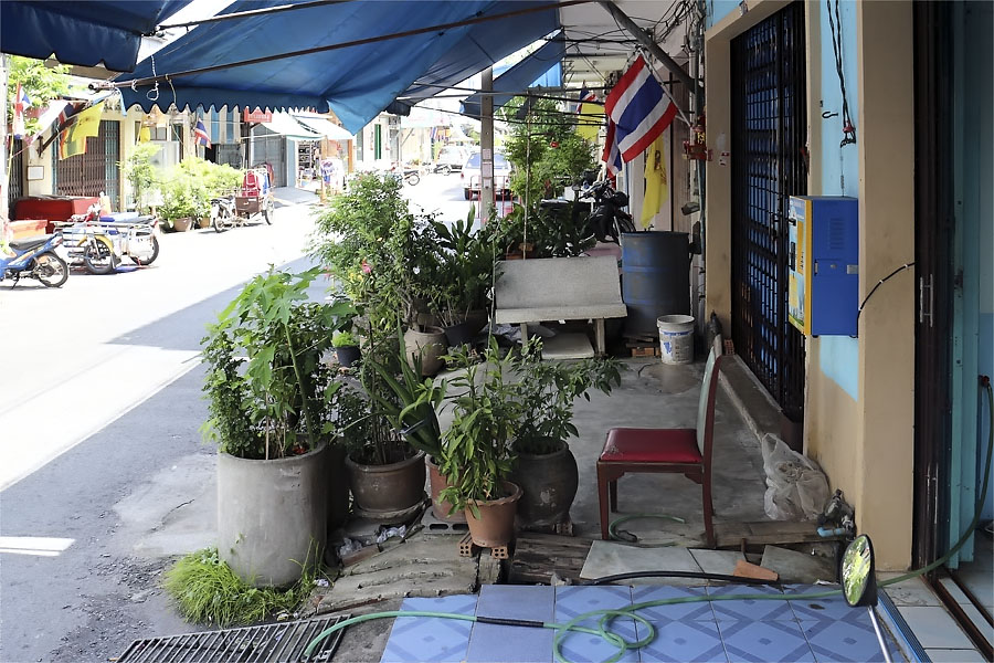 Typical Thai sidewalk